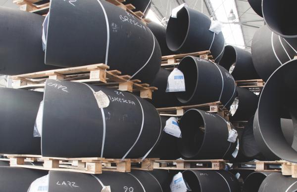 Curve in acciaio al carbonio nel magazzino di Intertubi
